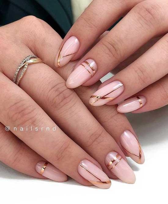 Светло-розовый маникюр с золотыми полосками