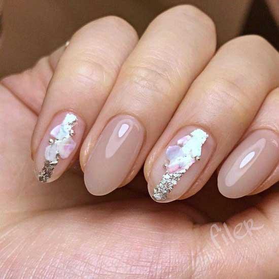 Кусочки фольги на ногтях под топом