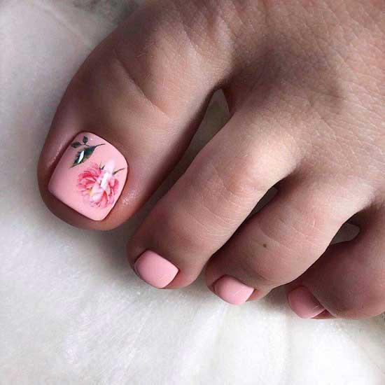 Педикюр в розовых тонах и рисунком
