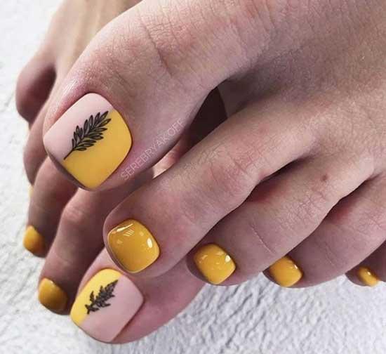 Желтый педикюр в стиле минимализм