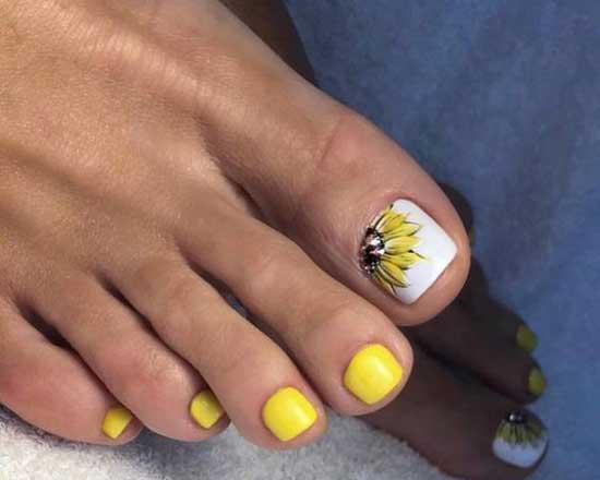 Ярко-желтый матовый педикюр с рисунком