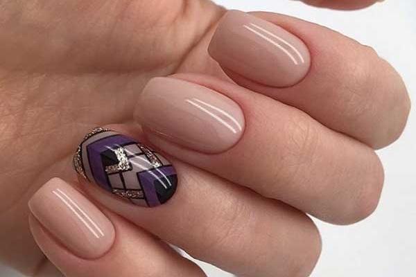 Модный дизайн ногтей в бежевых тонах для деловой девушки