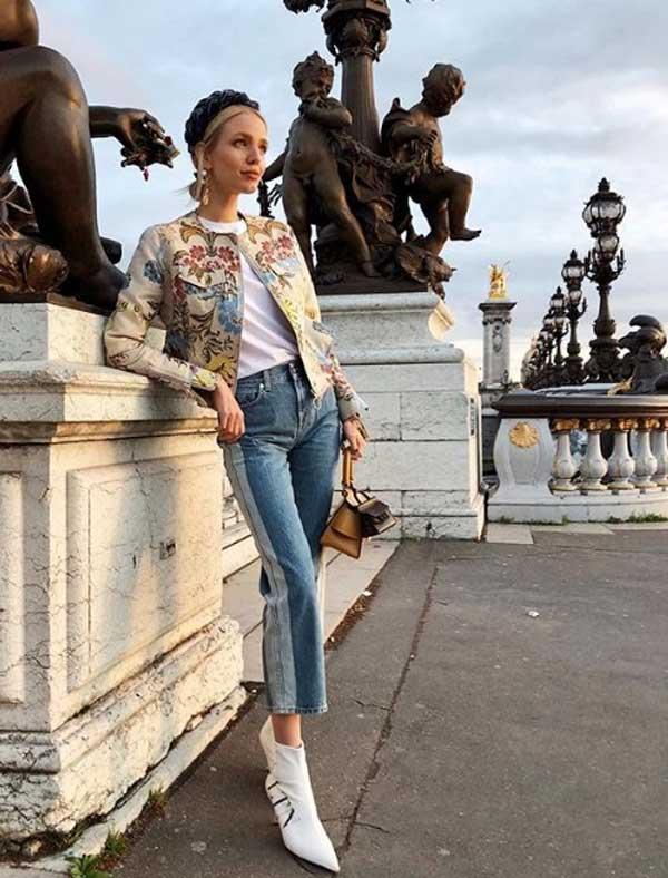 Девушка в модных джинсовых брюках