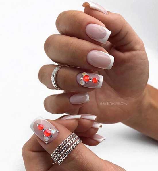 Френч с цветными бусинами на прозрачном пространстве ногтя
