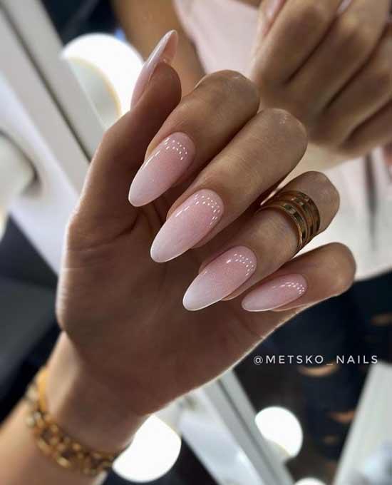 Бежево-белый градиент на ногтях