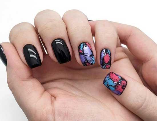 Черный осенний дизайн ногтей с фольгой