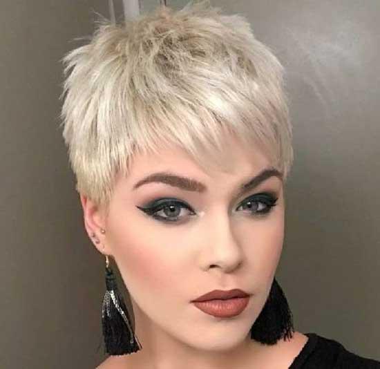 Блондинка со стрижкой пикси