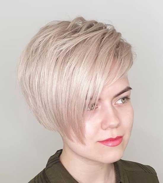 Стрижка с косой челкой на густые волосы