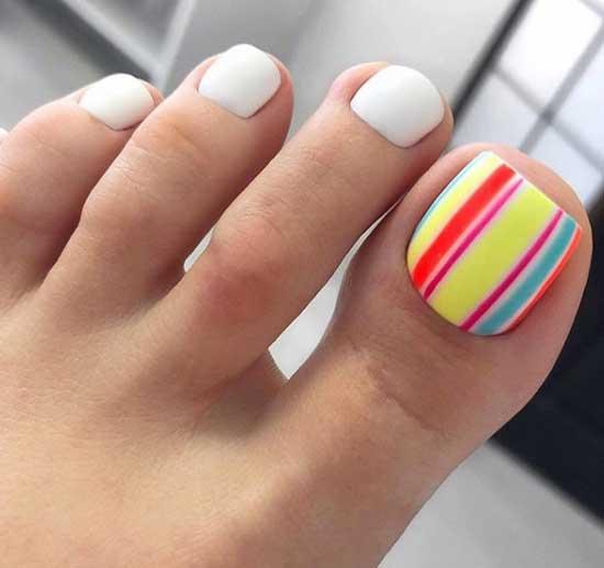 Белый и радуга на большом пальце