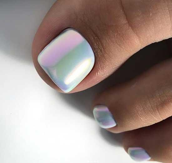 Втирка на белом фоне ногтей ног