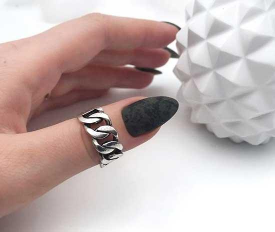 Черный миндалевидный маникюр дизайн вуаль