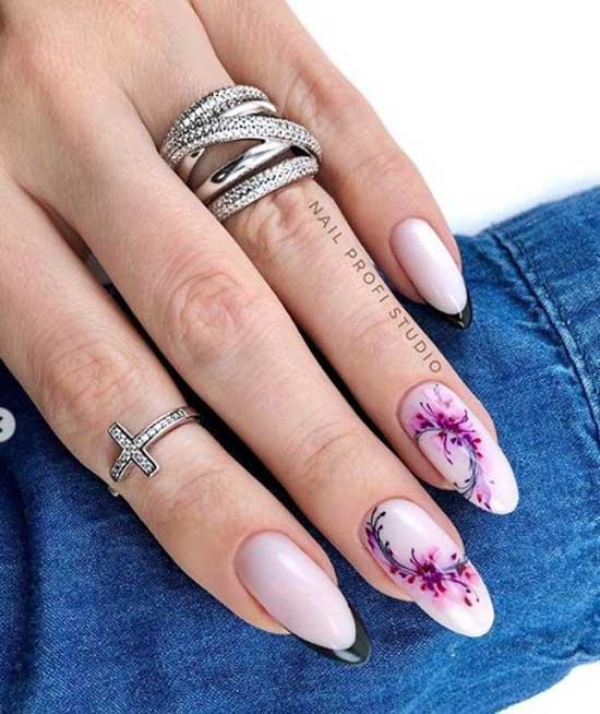 Нежные цветы на миндалевидных ногтях