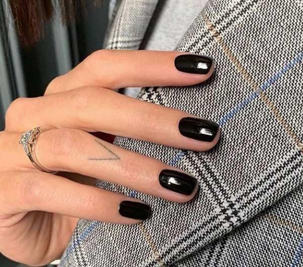 Овальные ногти с темным однотонным покрытием