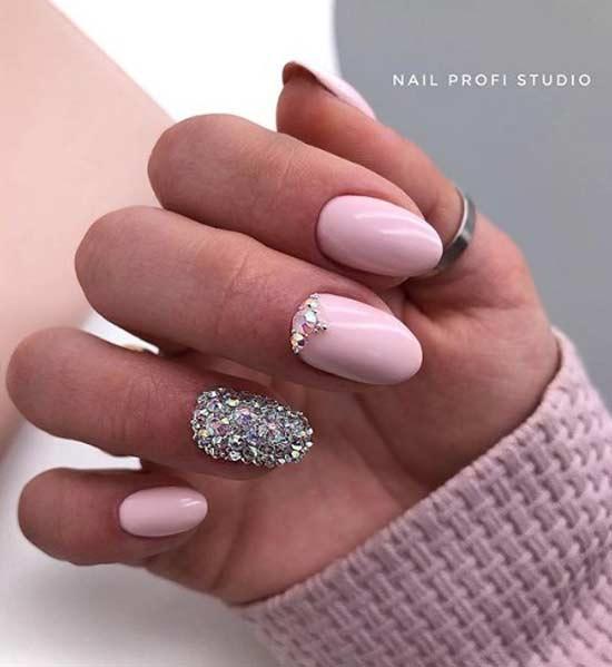 Розовые ногти овал с инкрустацией