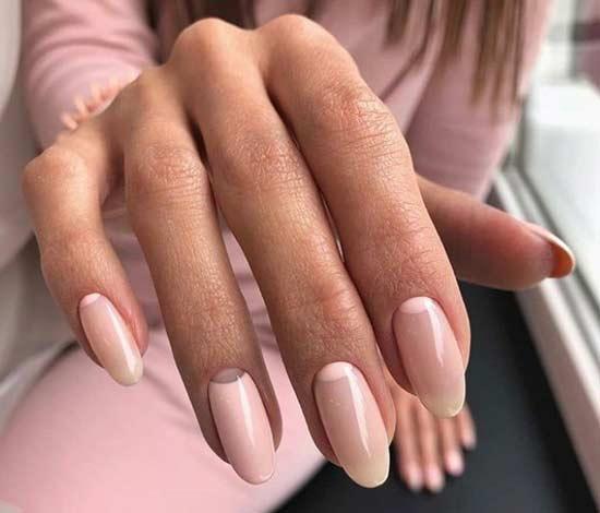 Лунный маникюр на длинных овальных ногтях