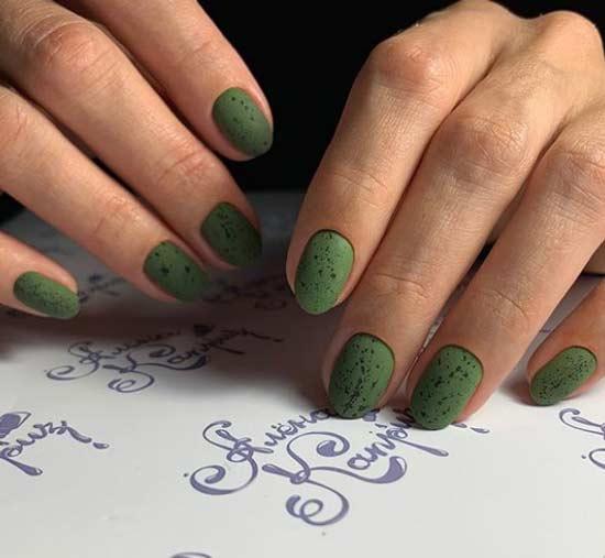 Матовые овальные ногти с дизайном минимализм