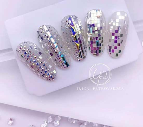 Пикси и кристаллы Сваровски на прозрачном фоне овальных ногтей