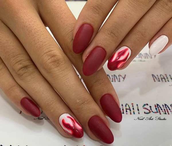 Дизайн красных матовых овальных ногтей