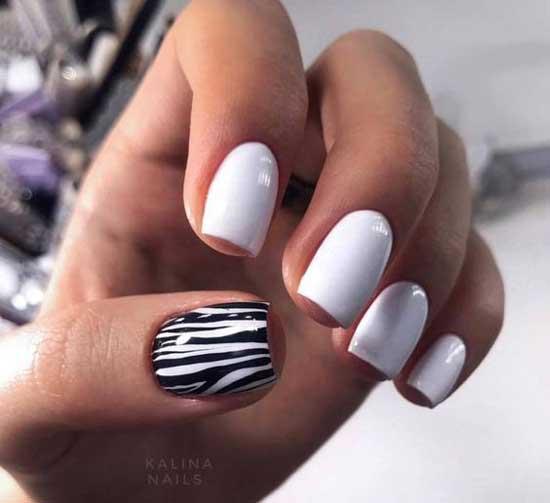 Белый маникюр на коротких ногтях с принтом