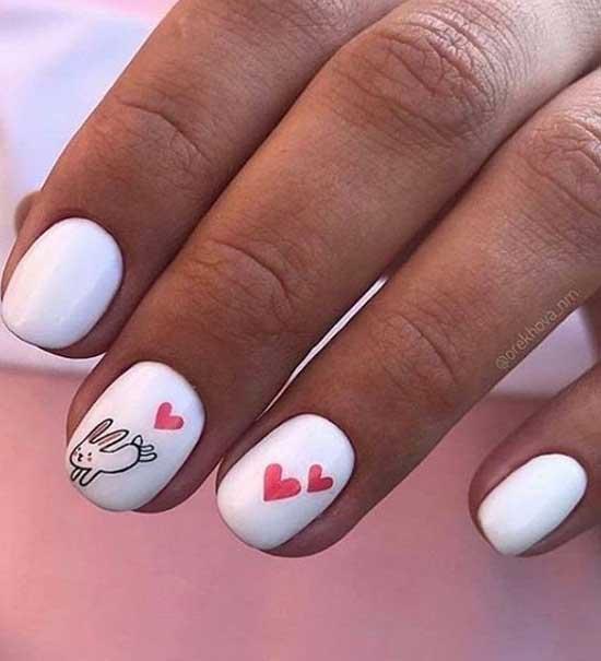 Белый маникюр с рисунком на короткие ногти