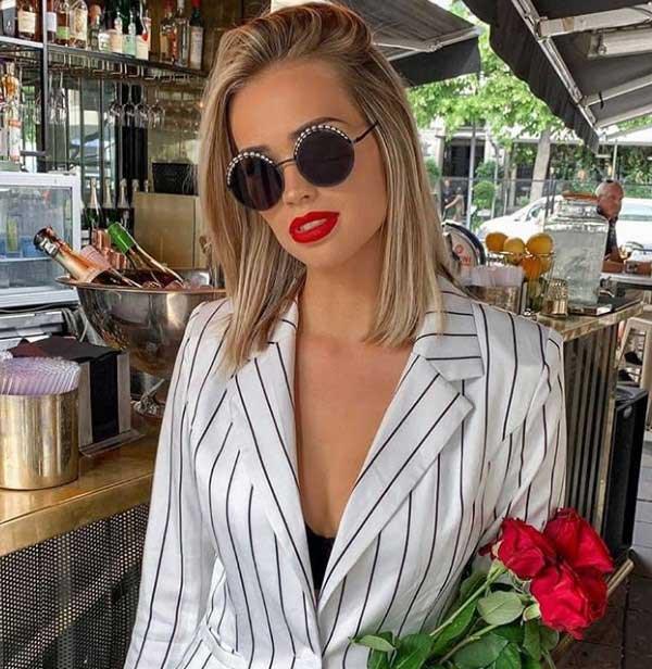 Блондинка с модным каре на средние волосы
