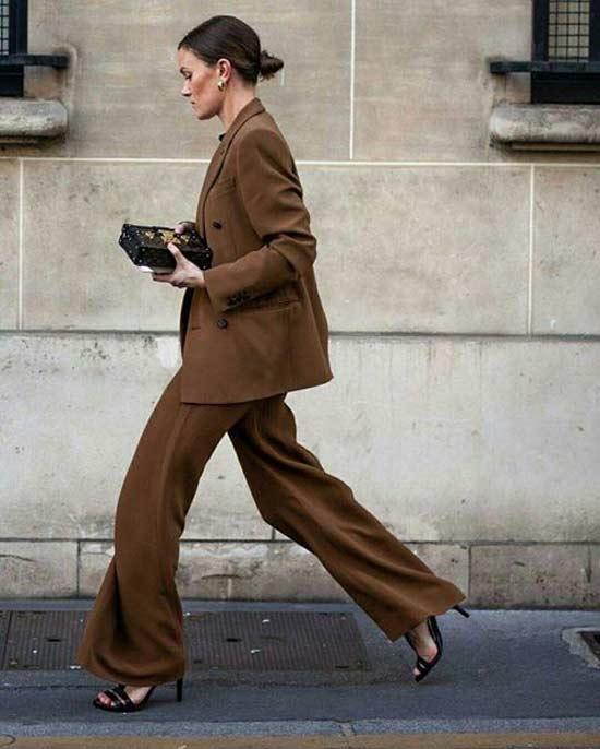 Модная девушка в коричневом брючном костюме