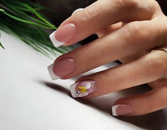 Белый френч с рисунком на средние ногти