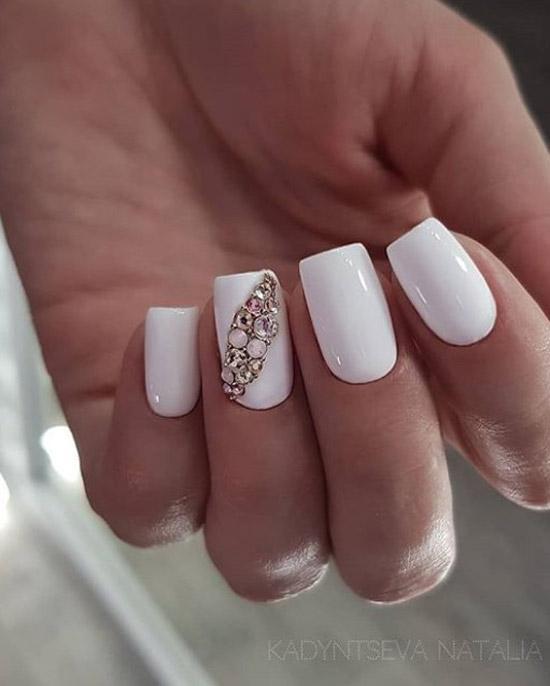 Белый маникюр на средние ногти