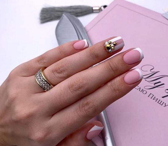 Красивый белый френч на средние ногти