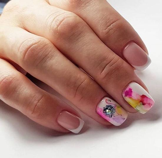 Маникюр на средние ногти с акварельными каплями