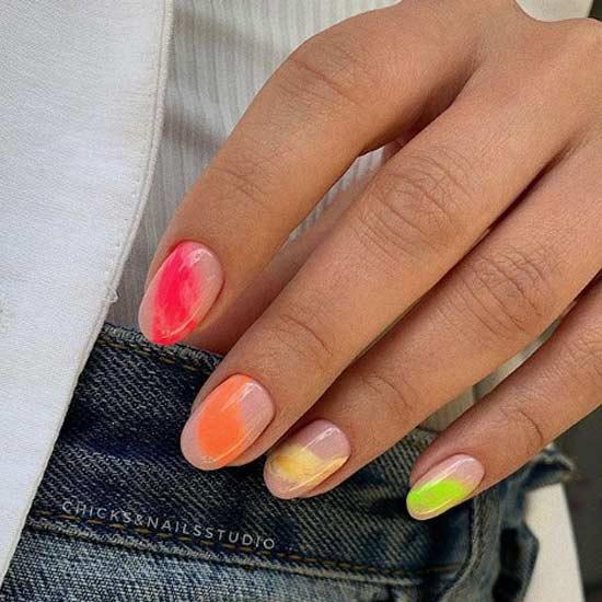Яркая абстракция на ногтях