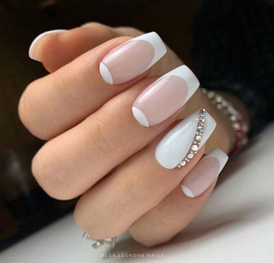 Лунки френч новогодний дизайн в белом цвете