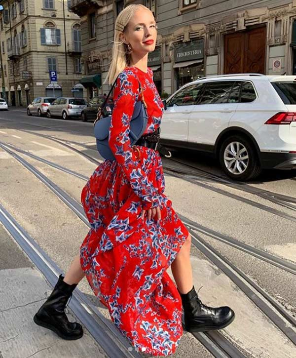 Платье в цветочек и грубые ботинки