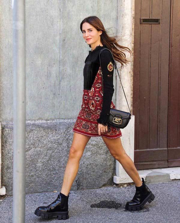 Грубые ботинки челси с мини-платьем