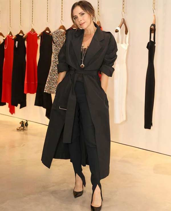 Виктория Бекхэм полностью в одежде в черном цвете