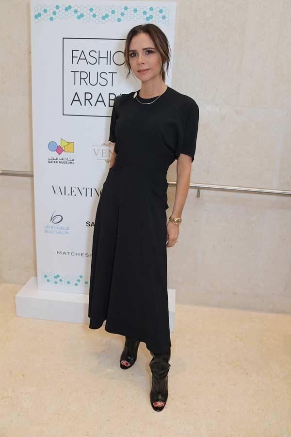 Виктория Бекхэм в черном платье