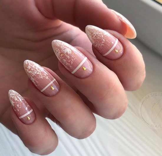 Белые элементы на прозрачном фоне ногтей