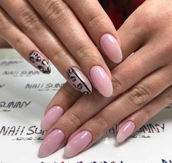 Одна рука с дизайном ногтей, другая нет