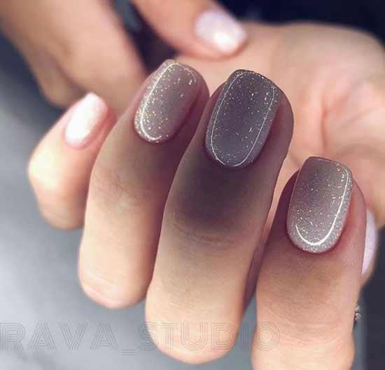 Нюдовый с шиммером на коротких ногтях