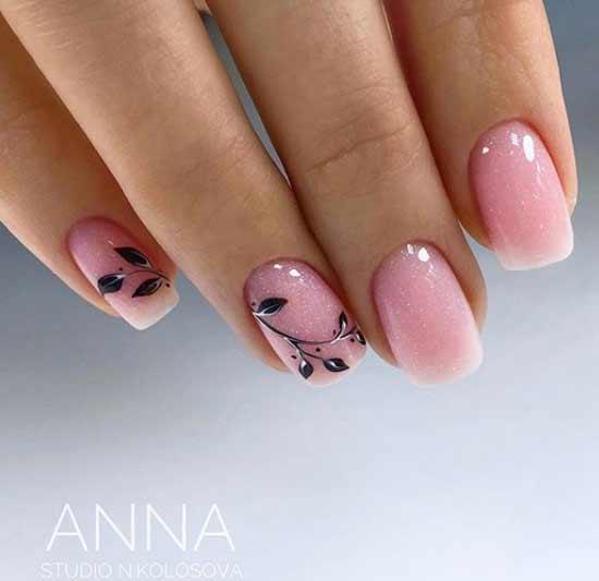 Черные веточки на коротких нюдовых ногтях
