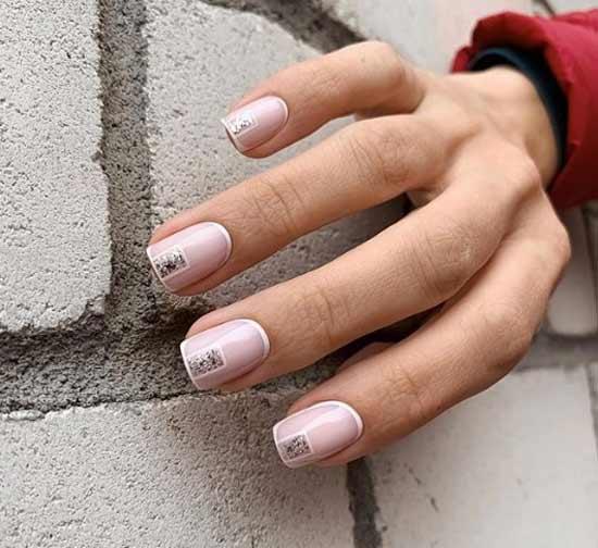 Нюдово-белый дизайн коротких ногтей