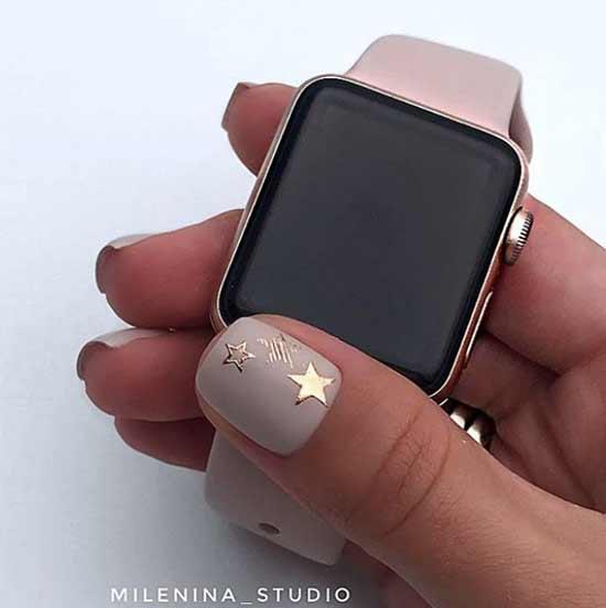 Матовый нюд со звездочками на ногтях