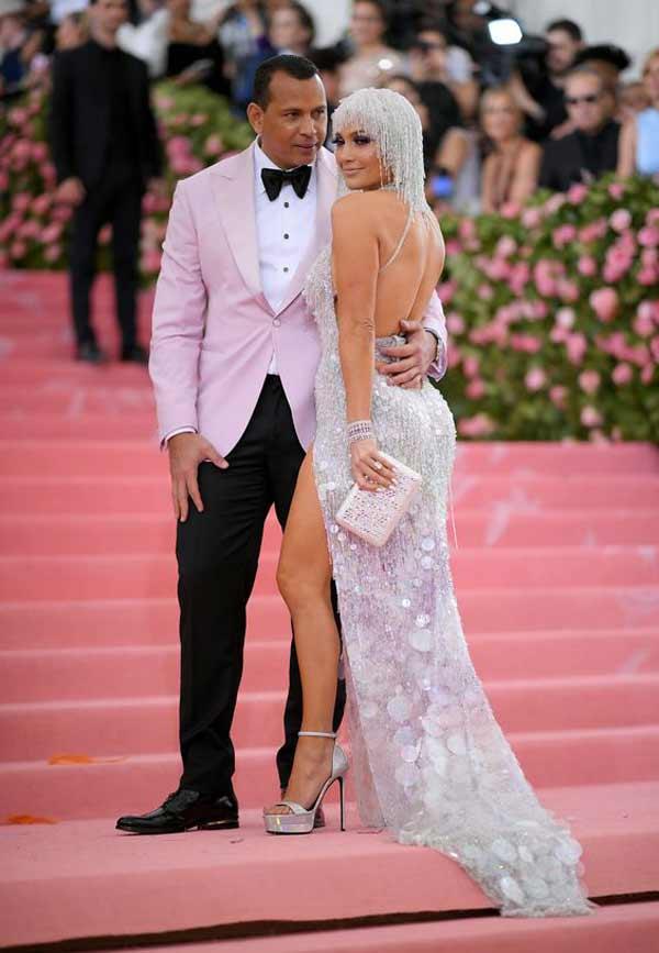 Дженнифер в белом длинном платье на Met Gala