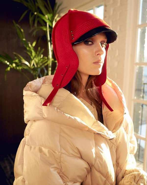 Красная шапка ушанка и бежевый пуховик