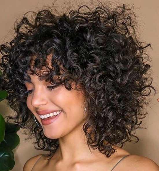 Шэг на кудрявых волосах средней длины