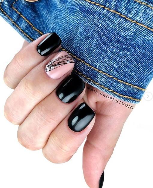 Черныдизайн ногтей с паутинкой
