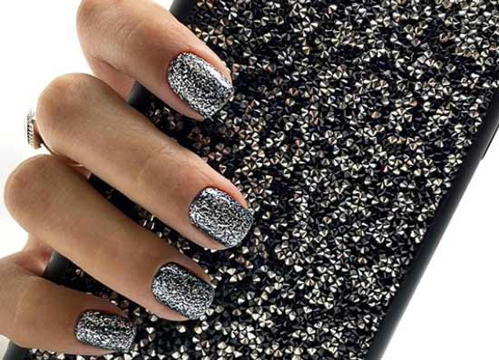 Короткие ногти с черным глиттером