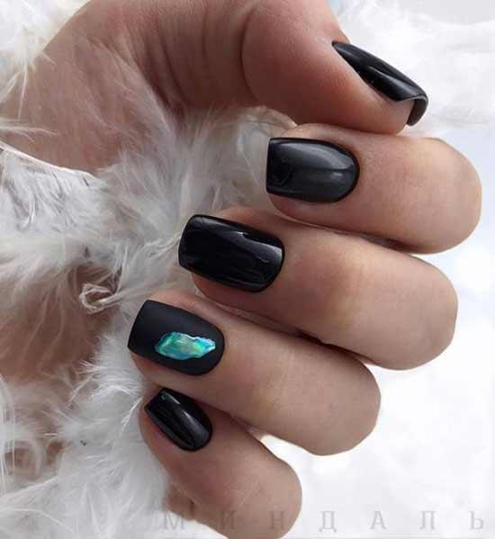 Дизайн жидкий металл на черном гель-лаке коротких ногтей