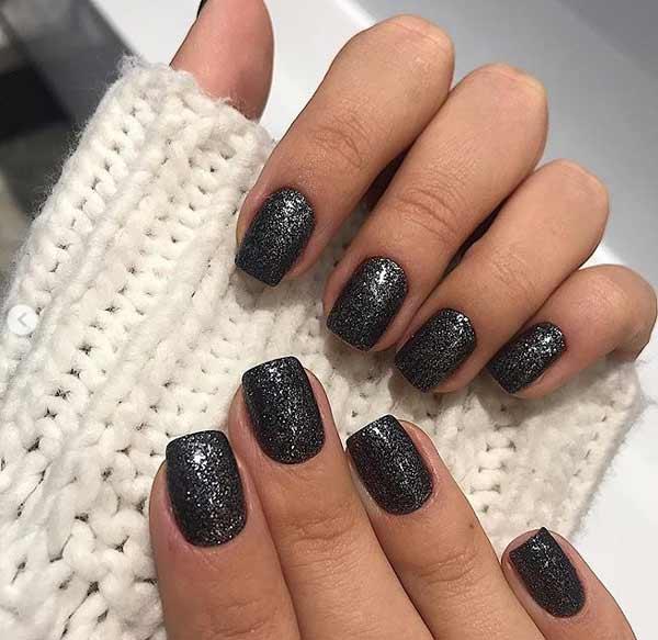 Модные новинки: черный маникюр на короткие ногти, тенденции, фото