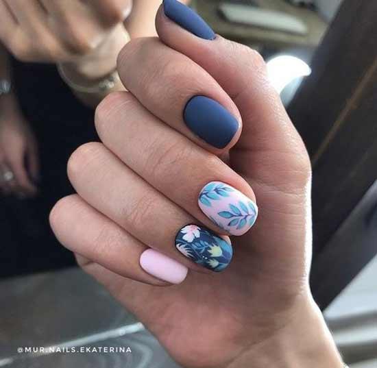 Цветочный дизайн на синем фоне ногтей